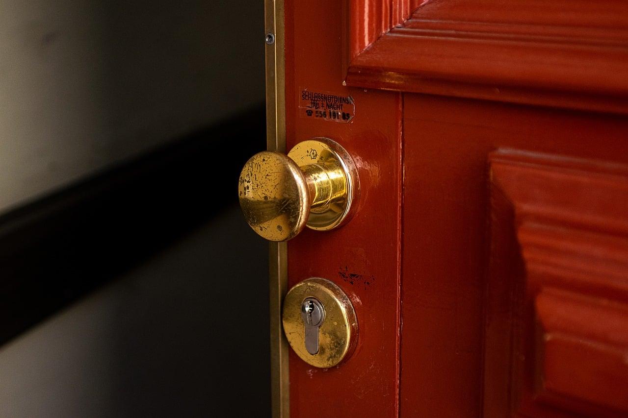 Comment changer une porte de service sans changer le cadre?
